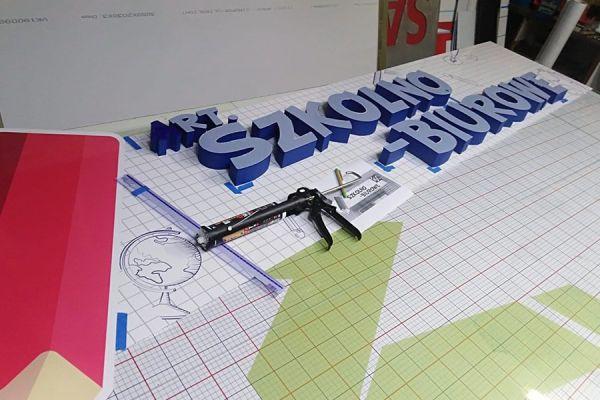 litery przestrzenne na tablicy reklamowej